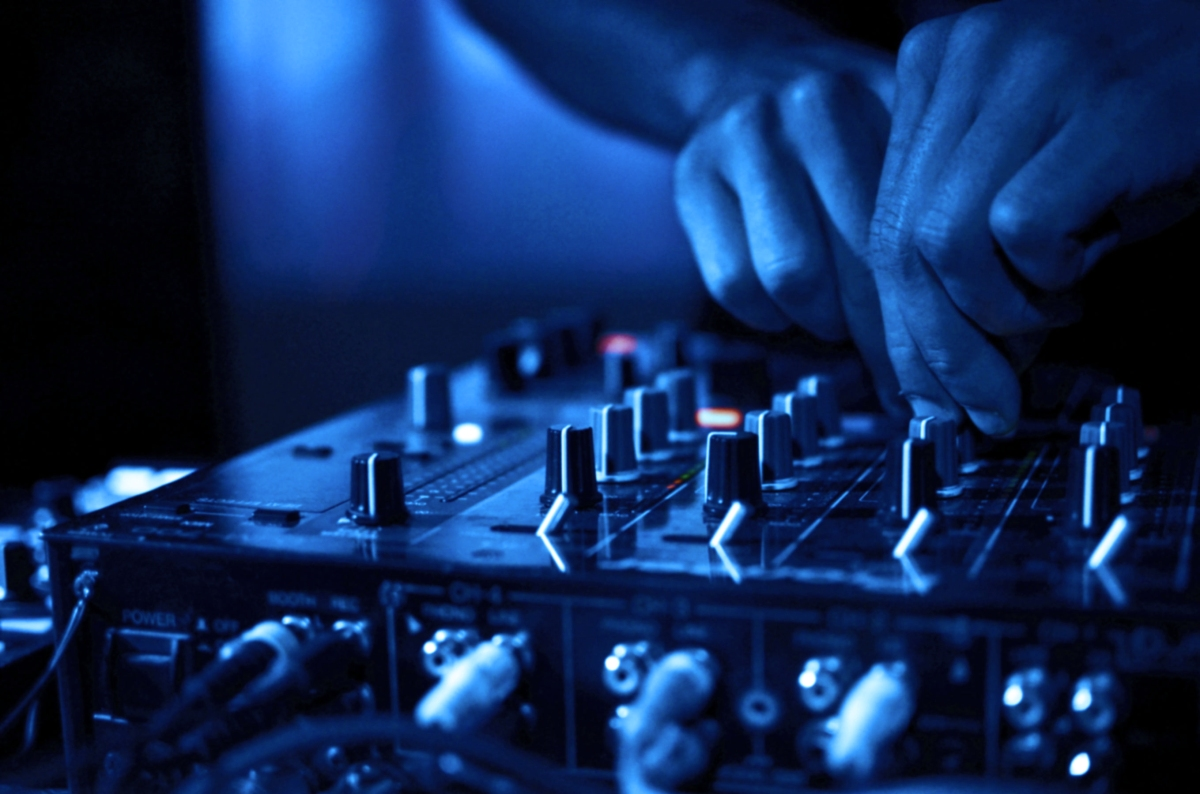 12 เคล็ดลับและเทคนิคดีเจ ในการพัฒนา Live DJ set ของคุณ